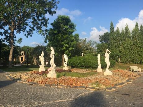статуи в саду